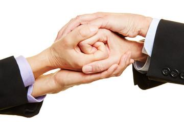 Geschäftsleute halten Hände zusammen