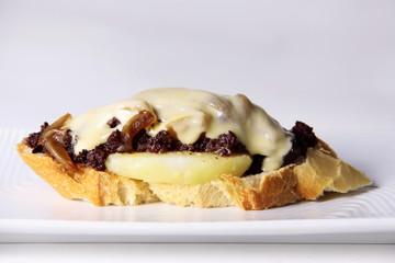 tosta de morcilla con cebolla caramelizada