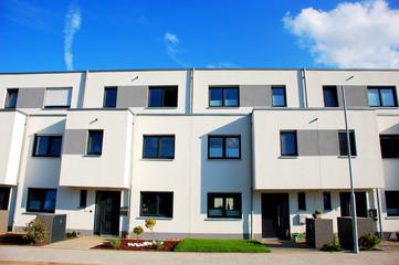 Neubau Frontansicht mit Vorgarten,  moderner Flachbau