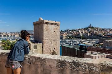Femme devant le vieux port de Marseille au fort Saint-Jean
