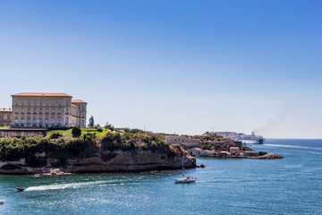Palais des congrès du Pharo et entrée du vieux port de Marseille