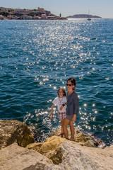 Femme et fillette devant l'entrée du vieux port de Marseille