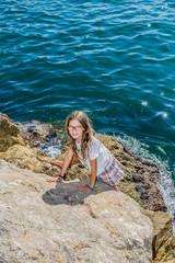 Fillette devant l'entrée du vieux port de Marseille