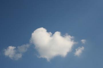 Herz mit Pfeil aus Wolken