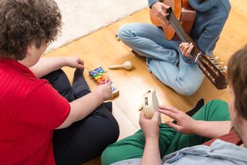 Gemeinsames musizieren mit verschiedenen Instrumenten