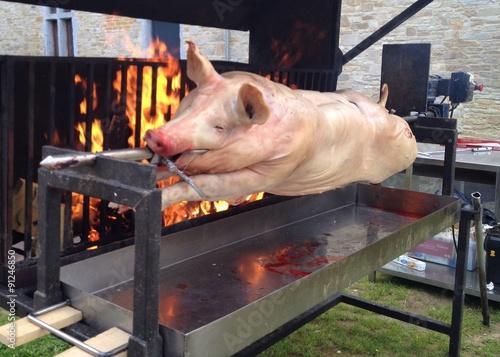 cuisson d 39 un cochon la broche sur feu de bois photo libre de droits sur la banque d 39 images. Black Bedroom Furniture Sets. Home Design Ideas