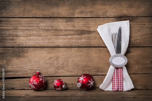 kochen zu weihnachten holz hintergrund mit messer und gabel als dekoration in rot wei. Black Bedroom Furniture Sets. Home Design Ideas