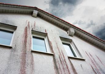 Haus Wetterseite mit Rotalgenbefall – Hausfassade Algen Pilze Hauswand Pilzbefall Algenbefall