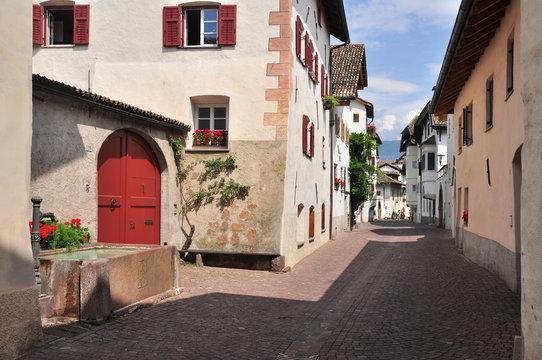 Ortsstraße im Weingebiet Eppan Südtirol