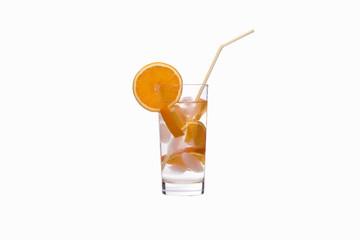 Mineralwasser mit Orangen.