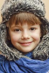 Fototapeta dziecko cieszące się nadejściem zimy