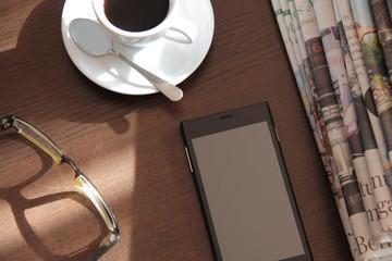 Kaffee und Zeitung lesen