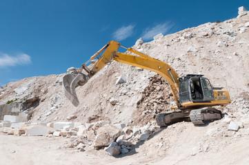 Escavatore in cava di marmo
