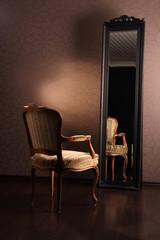Stuhl und Spiegel