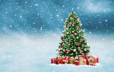 Weihnachtsbaum bei Schneefall mit Geschenken