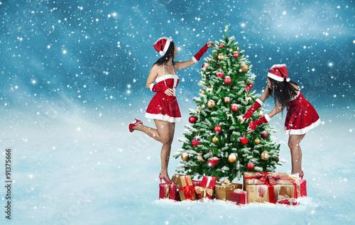 Tannenbaum Draußen Schmücken.2 Attraktive Junge Frauen Schmücken Einen Weihnachtsbaum