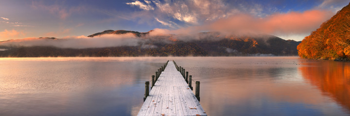 Fotorolgordijn Meer / Vijver Jetty in Lake Chuzenji, Japan at sunrise in autumn