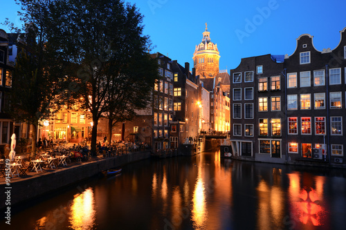 blick von der armbrug auf die basilika st nikolaus in amsterdam bei nacht stock photo and. Black Bedroom Furniture Sets. Home Design Ideas