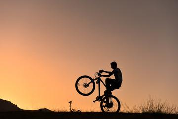 bisikletin önünü kaldırmak & bisikletli akrobat