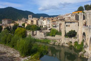 Pueblo medieval con rio