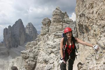 Frau am Klettersteig auf den Paternkofel, Sextener Dolomiten, im Hintergrund die Drei Zinnen