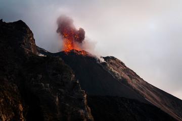 Beeindruckende Eruption auf dem Stromboli (Italien)