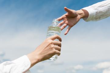 ペットボトルの水 二人の手