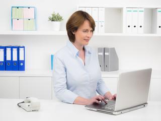 businessfrau arbeitet konzentriert am laptop
