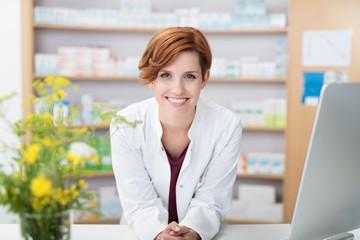 Fotorolgordijn Apotheek kompetente apothekerin an der verkaufstheke