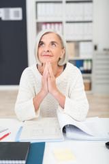 konzentrierte ältere frau am schreibtisch