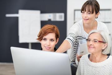 kolleginnen arbeiten zusammen am computer
