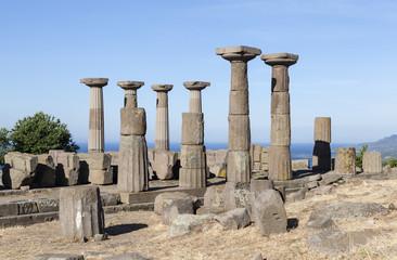 Античные колонны у побережья Эгейского моря. Троя. Турция.