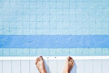 piscine bleu eau pied sauter