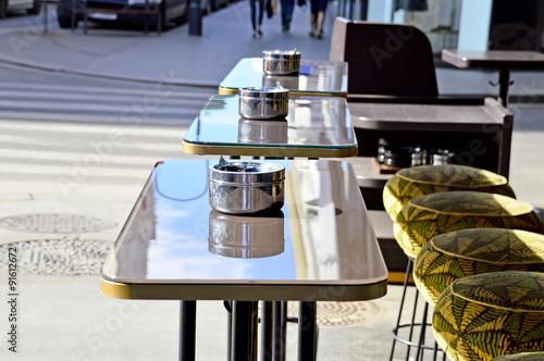 edelstahl aschenbecher auf stehtischen vor einem. Black Bedroom Furniture Sets. Home Design Ideas