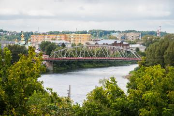 городской пейзаж с мостом через спокойную реку