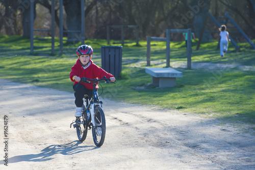"""Niña Montando Su Bicicleta En Un Parque: """"Niño Pequeño Practicando Deporte Ciclismo Montando En"""