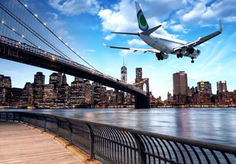 Fototapete - Aircraft overflying New York City skyline
