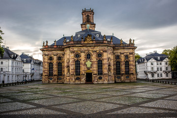 Ludwigskirche in Saarbrücken an einem bewölkten Tag