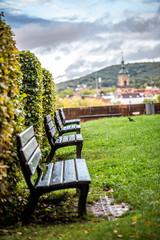 Bänke am Saarbrücker Schloß an einem regnerischen Tag
