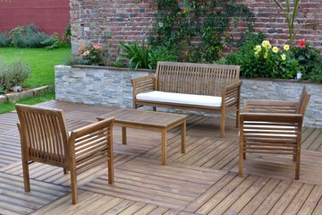 Salon de jardin en teck sur une terrasse en bois