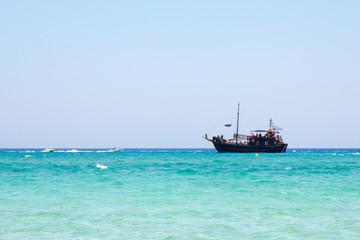Кипр. Протарас. Вид прогулочного пиратского корабля плывущего по морю.