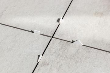 Abstandshalter zwischen den Terrassenplatten - Terrasse bauen