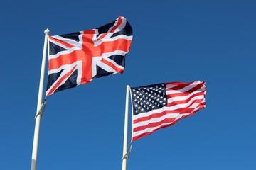 Pavillons ' au vent ' de la Grande Bretagne et des U.S.A.