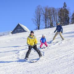 Familie mit kleiner Tochter auf der Skipiste