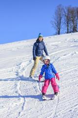 Ski-Nachwuchs mit der Mama auf der Piste