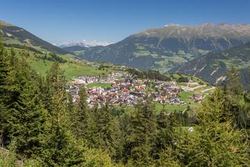 Vue sur le village et les montagnes
