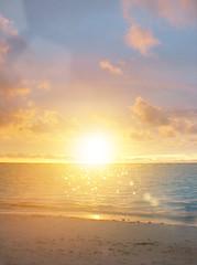 キラキラ輝く絶景グアム島の浜辺の素敵な夕日