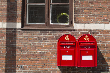 Zwei rote Postkästen