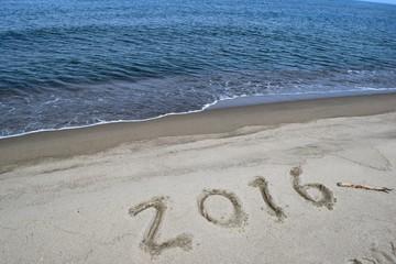 """2016年(平成28年)用背景素材/海岸の砂浜に""""2016""""と書いて撮影した写真です。新年用の背景素材として使用できる写真です。"""