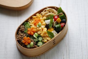わっぱ弁当1。季節の野菜を使った食べやすい彩り弁当。